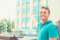 Mann, der in Richtung der Wohnung zeigt Neue Wohnung im hohen Gebäude Stockbild
