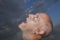 Mann, der in Richtung des Himmels blickt Lizenzfreie Stockfotos