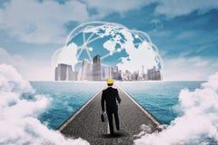 Mann, der in Richtung zum Geschäft global geht stockbild