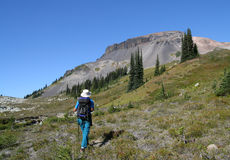 Mann, der in Richtung zum Ring-Berg wandert Lizenzfreie Stockfotografie