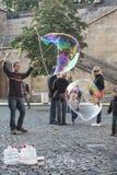 Mann, der riesige Seifenblasen macht Lizenzfreie Stockfotos