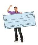 Mann, der riesigem Blankoscheck zujubelt und hält Lizenzfreies Stockfoto