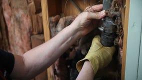 Mann, der Rohr des unruhigen Wassers überprüft stock video footage