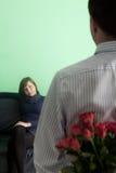 Mann, der rosafarbene Blumen gibt Lizenzfreie Stockfotos