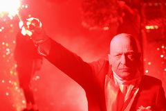 Mann, der roten Feuerwerkkerzesteuerknüppel anhält Stockbild
