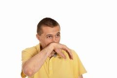 Mann, der Rotz durch seine Hand abwischt Stockbild