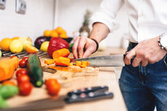 Mann, der Salat kocht Berufskochausschnittgemüse für Abendessenteller Lizenzfreie Stockfotografie