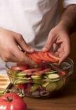 Mann, der Salat zubereitet Lizenzfreie Stockfotos