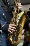 Mann, der Saxophon spielt Stockbild