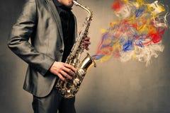 Mann, der Saxophon spielt lizenzfreie stockbilder