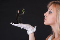 Mann, der schöner blonder Frau eine Rose gibt Lizenzfreies Stockfoto