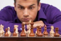 Mann, der Schach auf weißem Hintergrund spielt Lizenzfreie Stockfotos