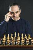Mann, der Schach spielt Stockbild