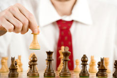 Mann, der Schach spielt Lizenzfreies Stockbild