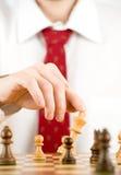 Mann, der Schach spielt Stockfoto
