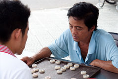 Mann, der Schach spielt Lizenzfreie Stockfotografie