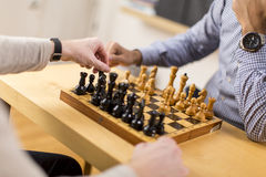 Mann, der Schach spielt Lizenzfreie Stockfotos
