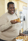 Mann, der Scheibe der Pizza hält Lizenzfreie Stockfotografie