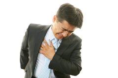 Mann, der Schmerz in der Brust hat Stockfotografie