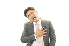 Mann, der Schmerz in der Brust hat Stockbild