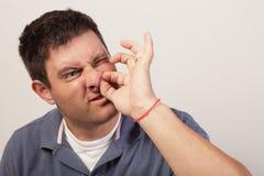Mann, der schmerzlich sein Wekzeugspritzenhaar auswählt Stockbilder