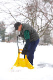 Mann, der Schnee schaufelt Lizenzfreies Stockbild