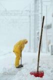 Mann, der Schnee schaufelt Lizenzfreie Stockbilder