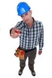 Mann, der Schraubenzieher zeigt Stockbild