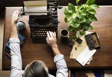 Mann, der schreibenden Retro- Schreibmaschinen-Maschinen-Arbeits-Verfasser verwendet Lizenzfreie Stockfotografie