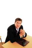 Mann, der am Schreibtisch betet Stockfotos