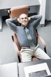 Mann, der am Schreibtisch sitzt Stockbilder