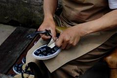 Mann, der Schuhe herstellt Stockfotografie