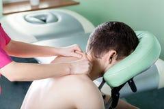 Mann, der Schultermassage empfängt Stockfotos