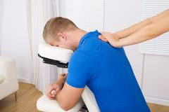Mann, der Schultermassage empfängt Stockfoto
