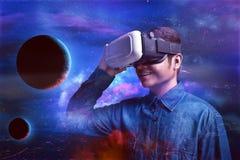 Mann, der Schutzbrillen der virtuellen Realität verwendet Stockfotografie