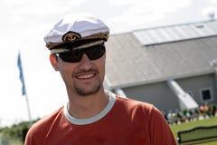 Mann in der Schutzkappe des Seemanns Lizenzfreie Stockfotos