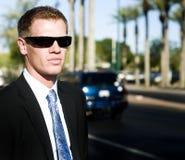 Mann, der schwarzen Anzug mit dunklen Farbtönen trägt lizenzfreie stockfotografie