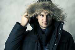 Mann in der schwarzen Pelzhauben-Winterjacke Stockbilder