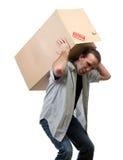 Mann, der schweren Kasten anhebt stockbilder