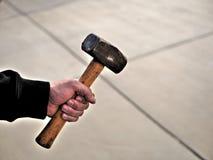 Mann, der Schwermetallhammer auf Baustelle hält lizenzfreie stockfotos