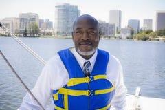 Mann in der Schwimmweste auf Segelboot Stockfoto