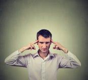 Mann, der sehr intensiv sich konzentrieren denkt stockfotos