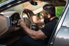 Mann, der sein Auto antreibt lizenzfreie stockfotografie