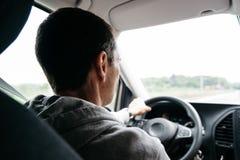 Mann, der sein Auto auf der Autobahn fährt lizenzfreie stockfotos