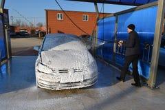 Mann, der sein Auto wäscht Lizenzfreies Stockfoto