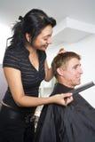 Mann, der sein Haar anreden lässt Lizenzfreie Stockfotografie