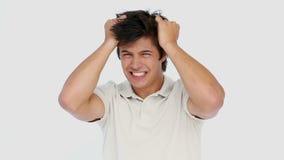 Mann, der sein Haar zerreißt stock footage