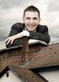 Mann, der sein Haus schützt stockbilder