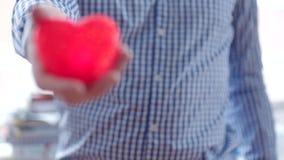 Mann, der sein Herz aus seinem Kasten heraus zerreißt stock video footage