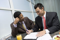 Mann, der sein Teilhaber-unterzeichnendes Dokument betrachtet Lizenzfreies Stockfoto